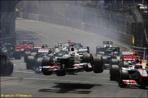 Авария Камуи Кобаяши на старте Гран При Монако