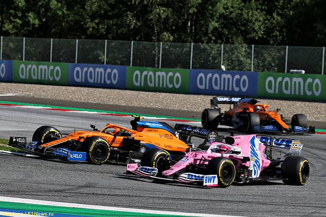 Машины McLaren и Racing Point на трассе в Венгрии