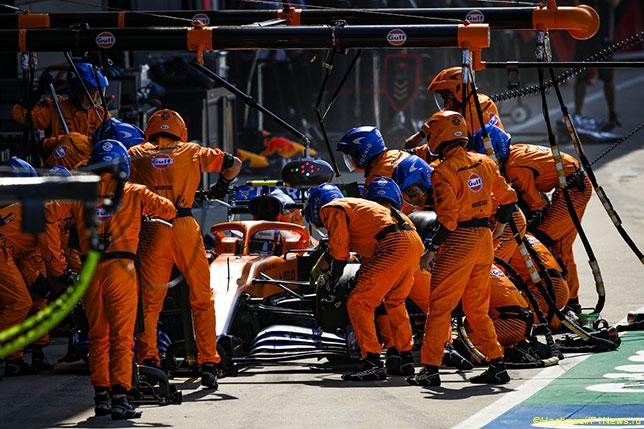 Механики McLaren работают с машиной Ландо Норриса на Гран При Италии