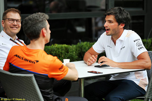 Андреас Зайдль, руководитель команды McLaren, Андреа Стелла, главный гоночный инженер, и Карлос Сайнс