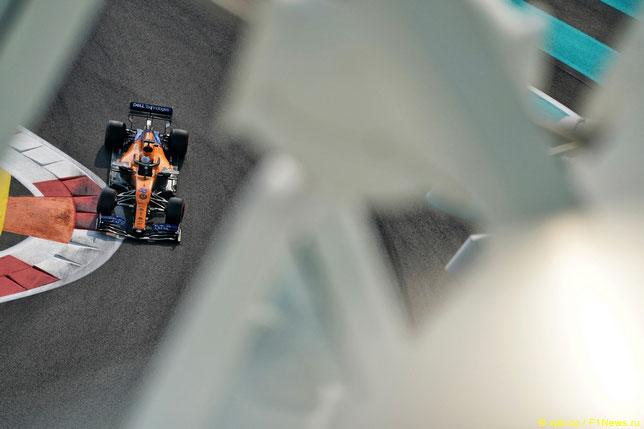 Карлос Сайнс в прошлогоднем Гран При Абу-Даби