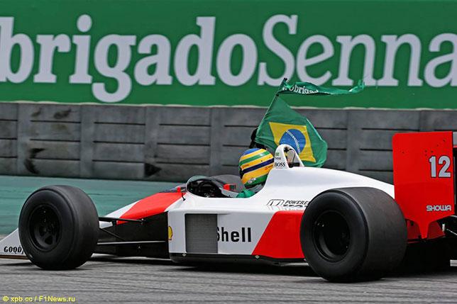 Бруно Сенна за рулём исторической McLaren MP4/4 на трассе в Сан-Паулу
