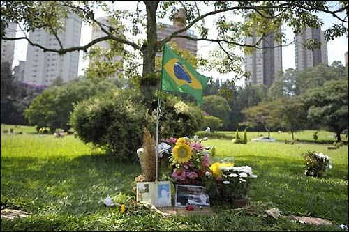 Могила Айртона Сенны в Сан-Паулу