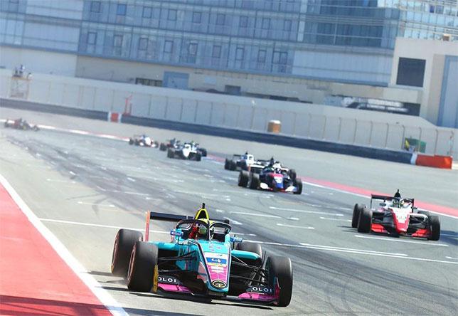 Патрик Пасма первым пересекает линию финиша на автодроме в Дубае, фото пресс-службы Ф3 Азия