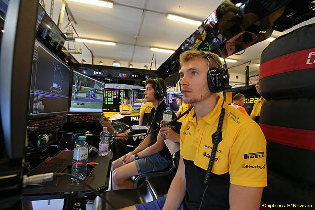 Сергей Сироткин в боксах Renault F1