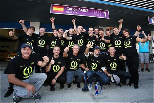 Карлос Сайнс-младший и его отец Карлос Сайнс (слева в первом ряду) фотографируются вместе с командой DAMS в честь победы в WSR