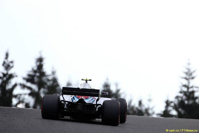 Сергей Сироткин за рулём Williams FW41 на трассе в Спа