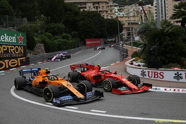 Ferrari Шарля Леклера и McLaren Ландо Норриса в повороте Loews