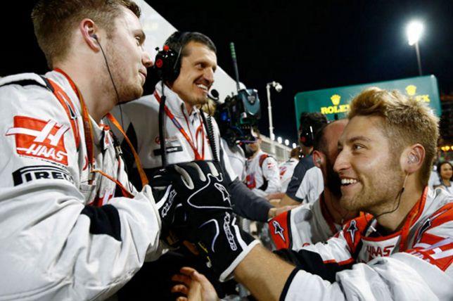Гюнтер Штайнер (в центре) и сотрудники команды Haas радуются успеху Романа Грожана в Гран При Бахрейна