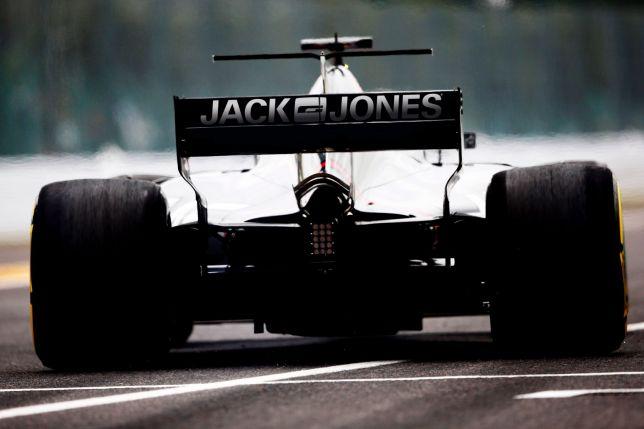 Логотип Jack & Jones на машине Haas
