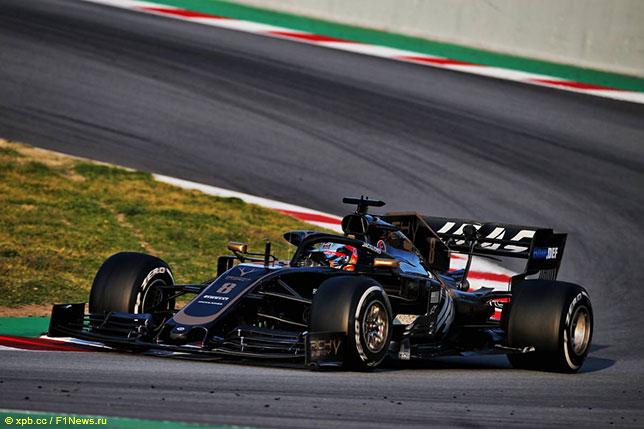 Роман Грожан за рулём Haas VF-19 на трассе в Барселоне