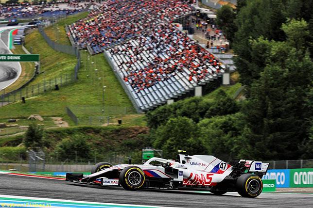 Мик Шумахер за рулём машины Haas на трассе в Шпильберге