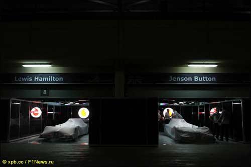 Ночь между квалификацией и гонкой машины проводят под специальными накидками