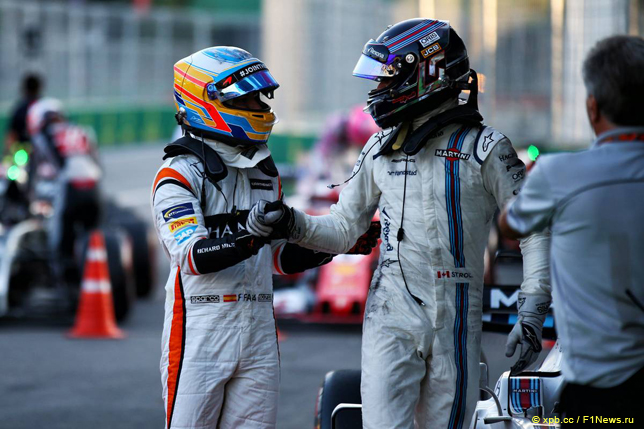 Гран При Азербайджана. Фернандо Алонсо (слева) поздравляет Лэнса Стролла