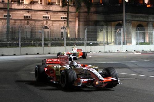 Гран При Сингапура. Джанкарло Физикелла (на переднем плане) и Адриан Сутил.