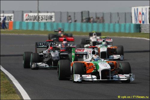 Пилоты Force India ведут борьбу с соперниками на трассе Гран При Венгрии 2010 года