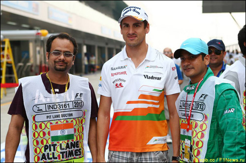 Адриан Сутил с волонтёрами на Гран При Индии