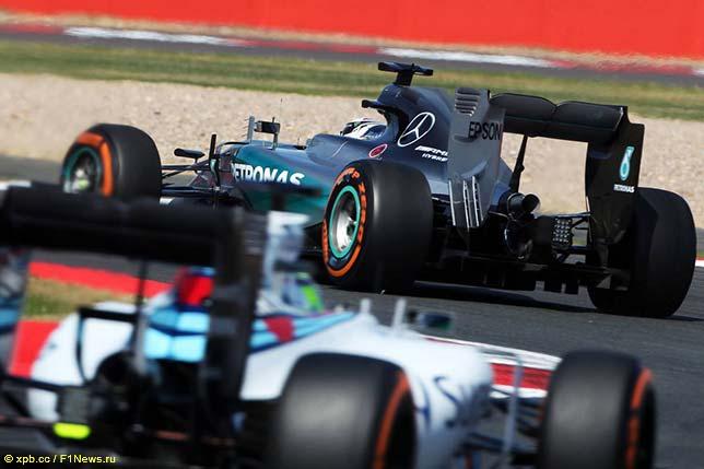 Гонщики Mercedes и Williams во время пятничных тренировок в Сильверстоуне