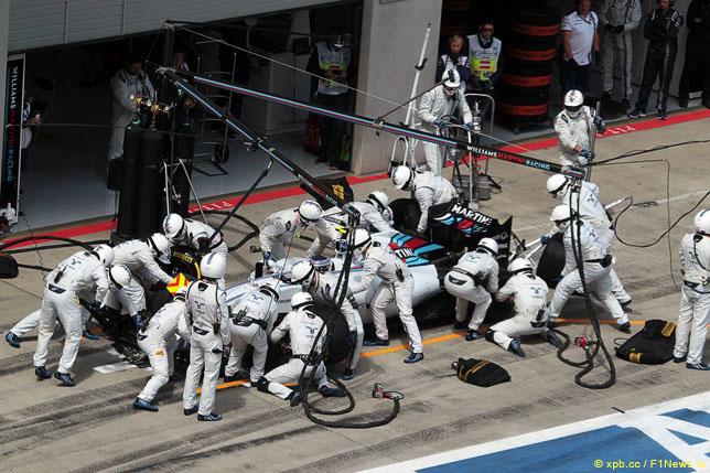 Механики Williams во время пит-стопа