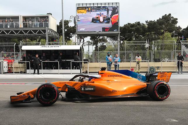 Фернандо Алонсо возвращается в боксы McLaren на двух колёсах после столкновения, в результате которого было повреждено днище маш