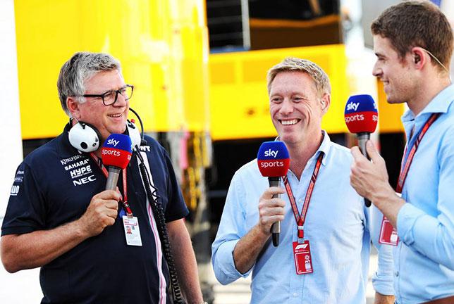 Отмар Сафнауэр (слева) даёт интервью телеканалу Sky Sports, справа – бывший гонщик Force India Пол ди Реста