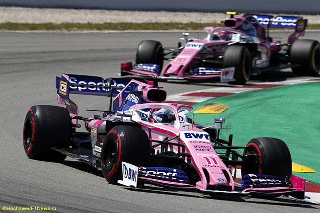 Машины команды Racing Point на трассе в Барселоне