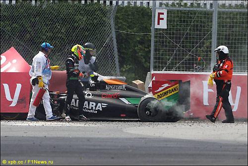 Серхио Перес у разбитой машины после аварии