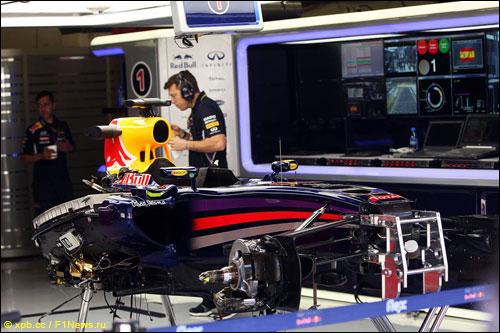 Механики Red Bull Racing работают с машиной Себастьяна Феттеля