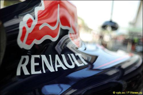 Логотип Renault нв машине Red Bull Racing