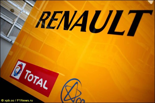Трейлер с логотипами Renault и Total