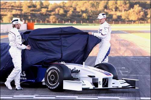 Хайдфельд и Кубица стягивают покрывало с F1.09