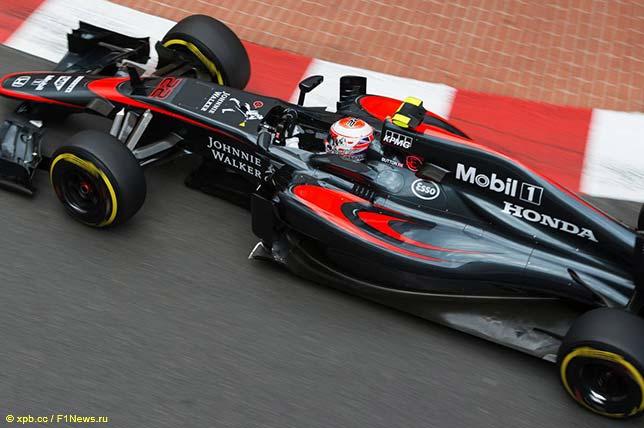 Дженсон Баттон за рулём McLaren MP4-30 на трассе в Монако