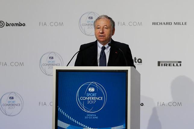 Жан Тодт, президент FIA, на трибуне конференции в Женеве