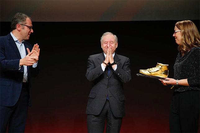 Президент FIA получает специальный приз за заслуги перед мировым автоспортом, фото из Twitter Ж. Тодта