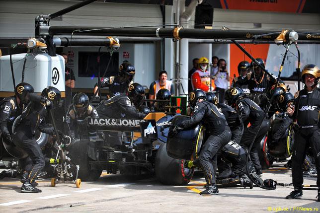 Механики Haas F1 обслуживают машину Грожана
