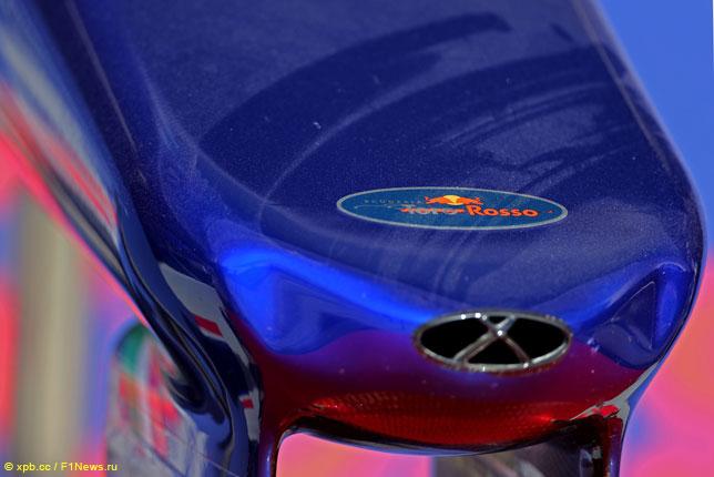 Логотип Toro Rosso на носовом обтекателе машины