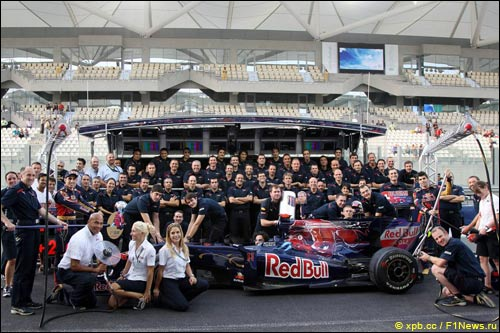 Групповая фотография Scuderia Toro Rosso