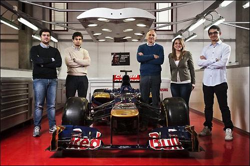 Молодые специалисты-практиканты и руководитель Toro Rosso Франц Тост