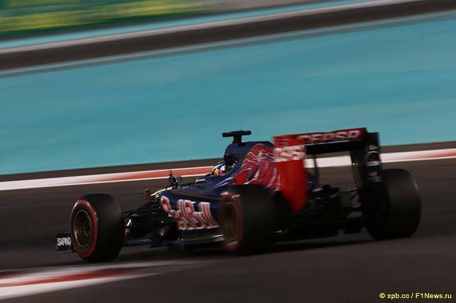 Машина Toro Rosso на трассе в Абу-Даби