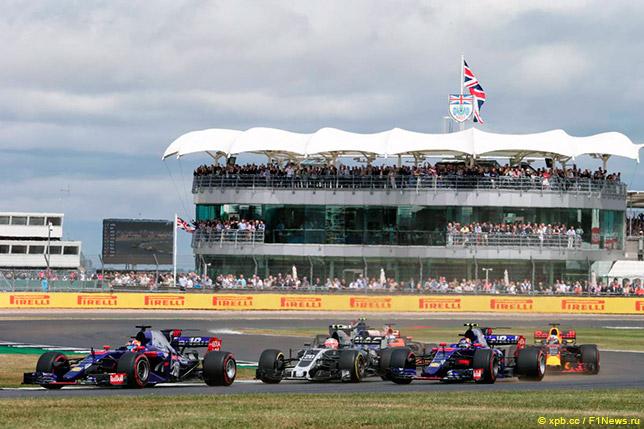 Борьба Карлоса Сайнса и Даниила Квята на первом круге Гран При Великобритании