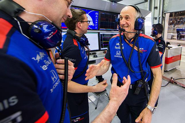 Франц Тост поздравляет коллег по Toro Rosso с успехом в Бахрейне