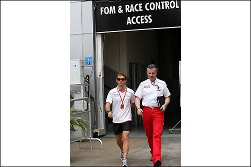 Ярно Трулли и представитель команды покидают офис стюардов