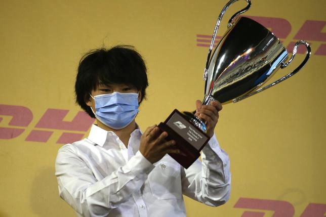 Юки Цунода на церемонии награждения в Формуле 2