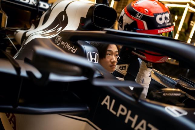 Юки Цунода в кокпите машины AlphaTauri, фото пресс-службы команды