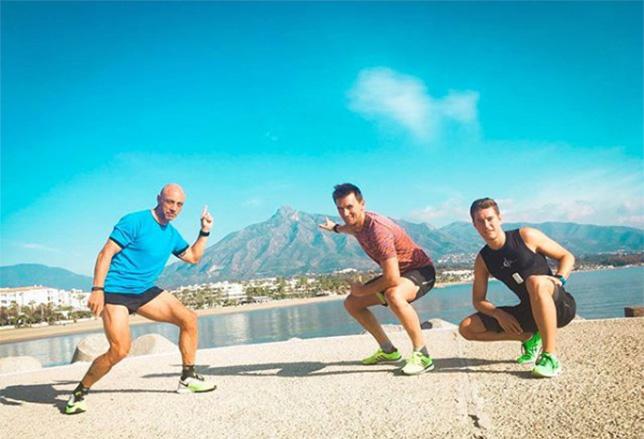 Стоффель Вандорн на утренней разминке со своим тренером и триатлонистом Яни Сота (слева)