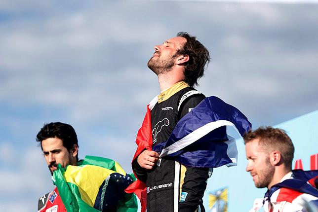 Жан-Эрик Вернь на подиуме в Пунта-дель-Эсте с призёрами гонки Лукасом ди Грасси и Сэмом Бёрдом