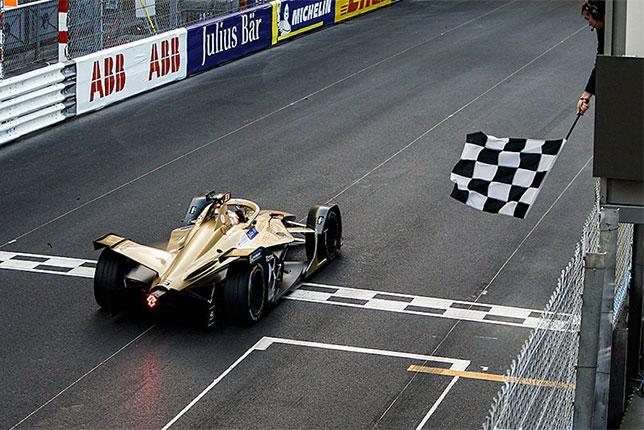Жан-Эрик Вернь первым пересекает линию финиша в Монако