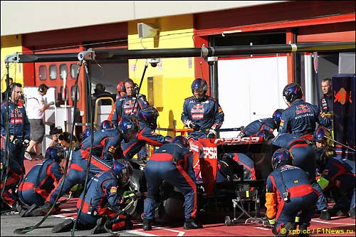 Команда Toro Rosso проводит репетиции пит-стопов