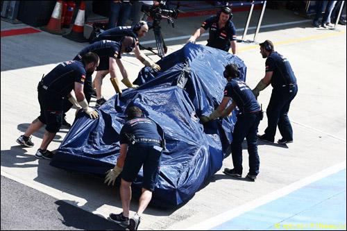 Механики Toro Rosso закатывают машину в боксы после очередной поломки
