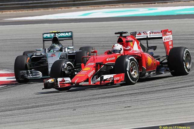 Себастьян Феттель ведёт борьбу с Нико Росбергом на трассе Гран При Малайзии